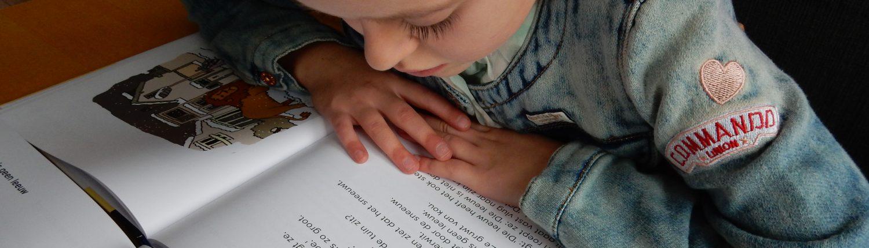 meisje leest uit leesboek 2 lks